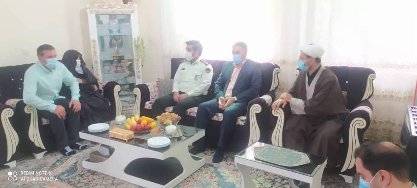 دیدار فرماندار و فرمانده انتظامی شهرستان رزن از خانواده شهدا به مناسبت هفته نیروی انتظامی