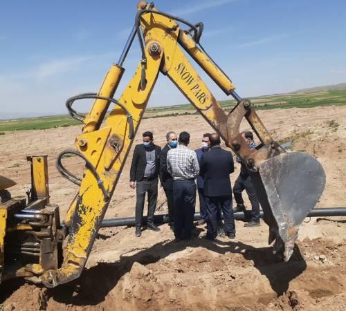 پروژه خط انتقال آب شرب روستای عین آباد در حال انجام است.